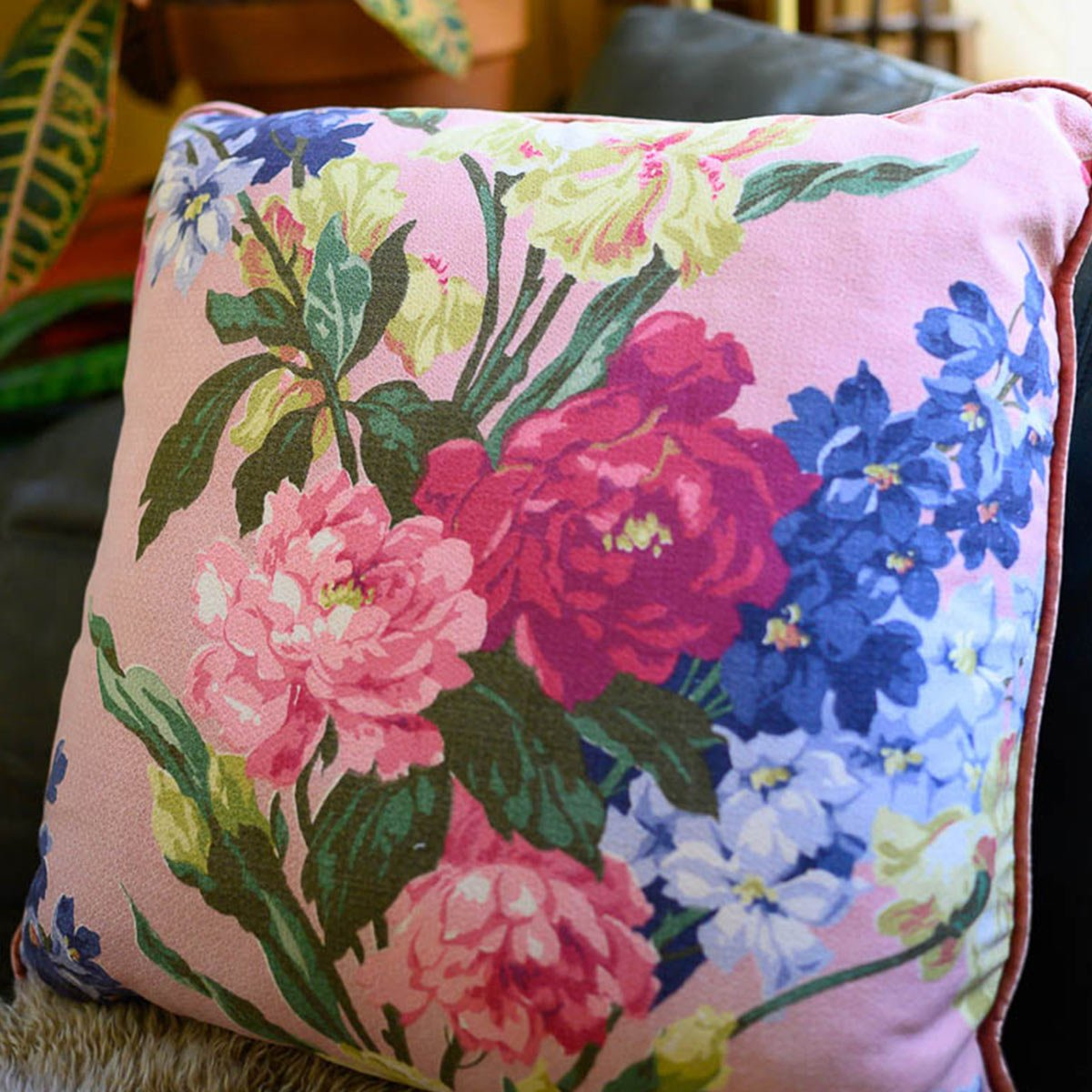 pair_of_pillows_21_square_floral_motif_on_black-MLP_6279