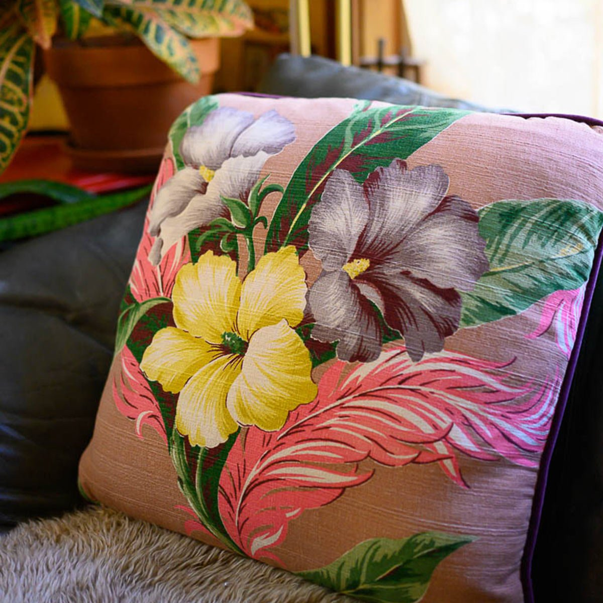 pair_of_pillows_square_22_hibisucs_motif_on_taupe-MLP_6268